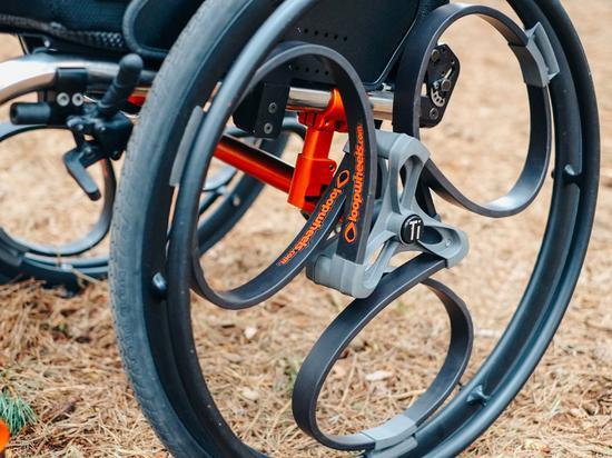 实际上,虽然传统轮子在发明后的几千年里非常高效,但历史上对传统轮子有无数的改进。Pearce也并不是第一个在轮子里加入减震装置的人。以色列特拉维夫就有一位农民设计了一种软轮,软轮的轮框里面就加入了压缩缸。他是因为骨盆被摔断后,坐在普通轮椅上查看庄稼非常不舒服,才想出了这种新型轮子。而Pearce在开始自己的研究前,也查询了之前的专利。他发现在19世纪早期,英国和欧洲的轮子设计中就用了相似的技术。不过这些早期设计使用的是钢弹簧,而钢弹簧随着时间推移会产生疲劳并可能断裂。Pearce还自己测试过这些设计