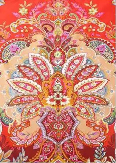 以独立的版面构图,欧式古典纹样结合优雅的大花卉,线条饱满,立体感强